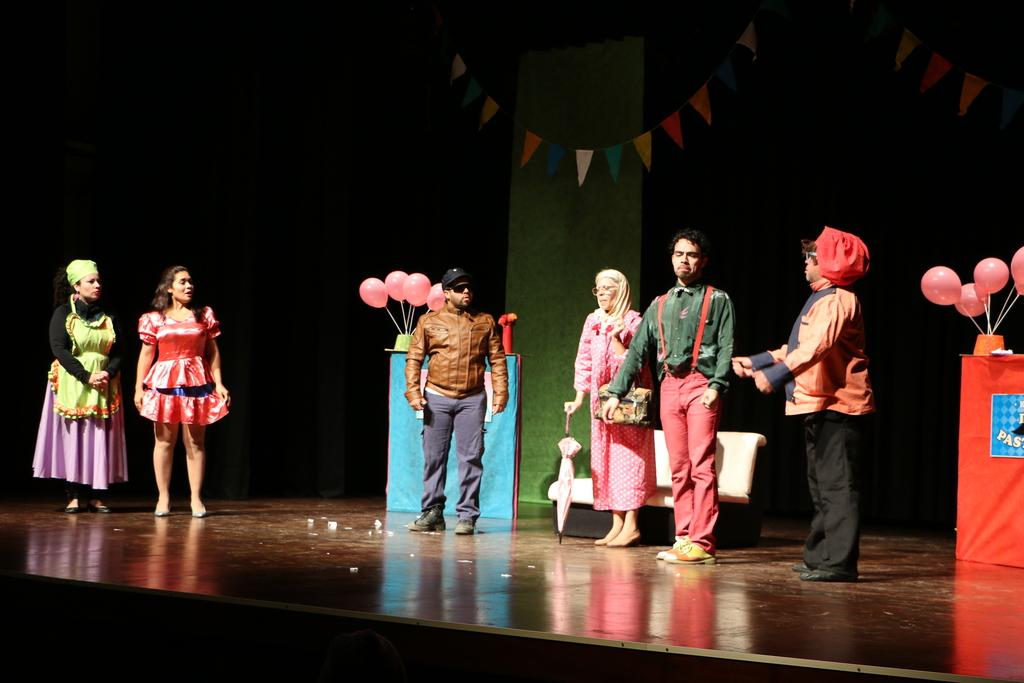 Estudiantes disfrutaron de una obra de teatro en el Paraninfo